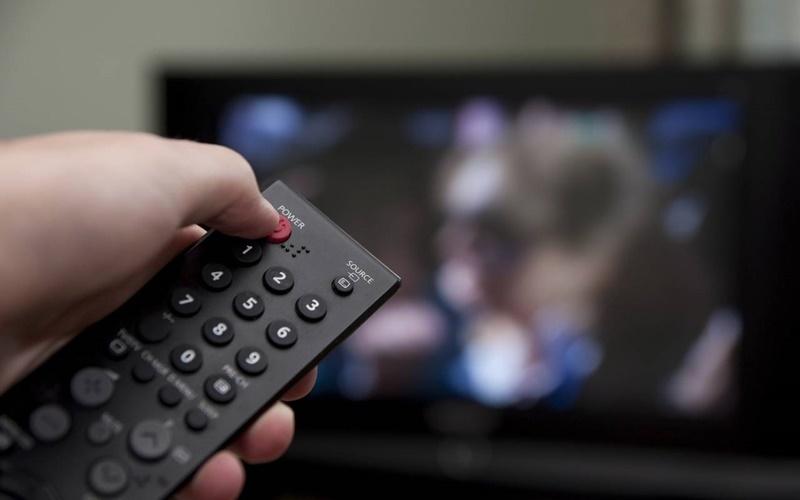 Xem xong bạn nên tắt tivi bằng remote